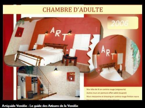 murs en carenia (peinture à effet marbré) rouge,murs en peinture sablée,poutres mezzanine en lasure blanc,réalisé par l'entreprise Guy Praud SARL (Mouilleron le Captif 85000)