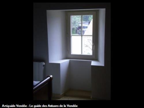 Fenêtre de chambre avec façon d'embrasure et tablette. Sallertaine