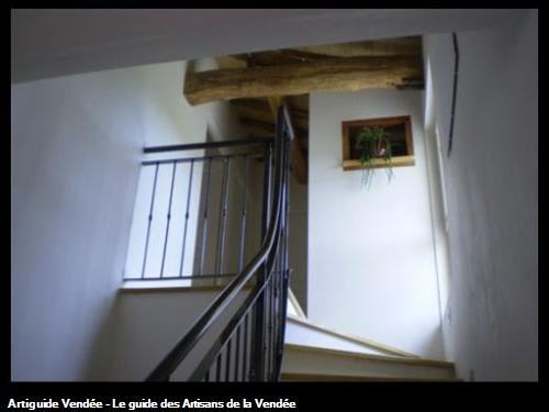 Niche dans cage d'escalier.