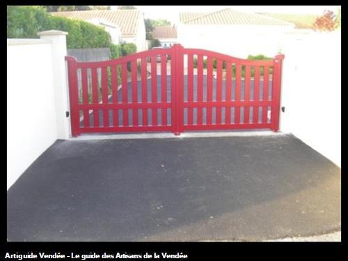 Mise en oeuvre d'un portail Alu avec motorisation intégrée dans les montants à Olonne/Mer (85340)