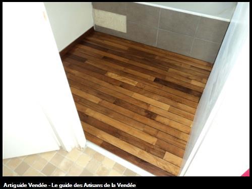revetement de sol d'une salle de bain en teck après