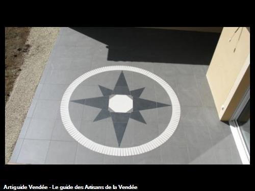 Rosace réalisée en carrelage sur une terrasse, dans la commune de Pouzauges 85700