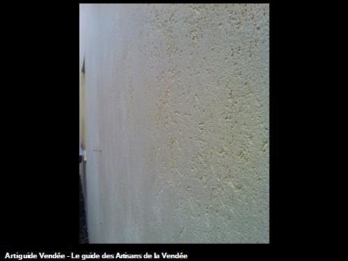 Zoom sur la finition 'Enduit à la chaux' après la pose de l'isolant .