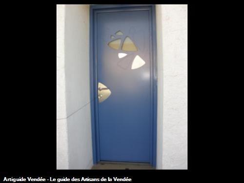 Porte d'entrée contemporaine PETALE rénovation avec vitrage dépoli et insert inox à 85700 REAUMUR