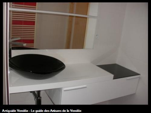 Agencement de salle de bain mobilier contemporain avec rangement tiroir range cosmétique, vaque à poser et tablette en verre trempé noir, double miroir avec éclairage intégré aux 85500 LES HERBIERS