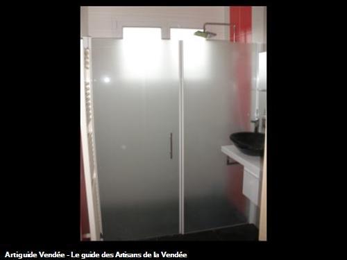 Parois de douche 1 porte et 1 fixe salle de bain avec vitrage dépoli, mitigeur de douche pomme carré, vasque à poser sur meuble aux 85500 LES HERBIERS