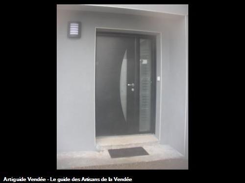 Porte d'entrée contemporaine en aluminium avec semi fixe vitrage dépoli et motif à 85700 POUZAUGES
