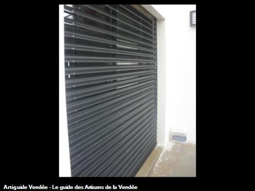 Store extérieure GRIESSER à lame aluminium orientable, excellente gestion de la lumière et des rayons de soleil à 85700 POUZAUGES