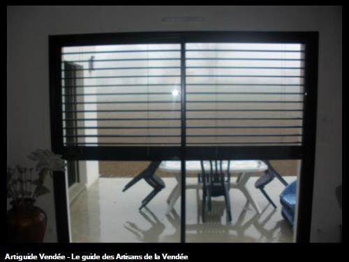 Store extérieure en position ouverte, le tablier se loge complètement dans un coffre en linteau à 85700 POUZAUGES