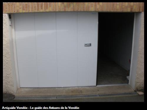 Porte de garage sectionnelle latéral motorisé CRAWFORD rénovation, panneaux isolant double paroi galvanisé injecté de mousse polyuréthane, commande extérieur et digicode à 85700 LA MEILLERAIE TILLAY