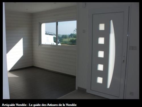 Agencement lambris bois massif finition brossé blanc, parquet stratifié pin gris, porte d'entrée KLINE 85700 LA FLOCELLIERE