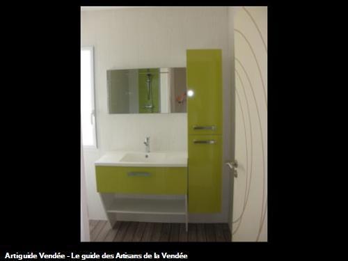 Agencement salle de bain coloris vert anis, plan de travail anti-bactérien en béton de synthèse, armoire 2 portes et miroir avec fluo intégré. Parquet stratifié au sol imitation pont de bateau, lambris PVC sur les murs à 85700 LA FLOCELLIERE