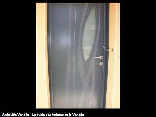 Porte d'entrée contemporaine en aluminium avec graphique intérieure et extérieure à 85390 MOUILLERON EN PAREDS