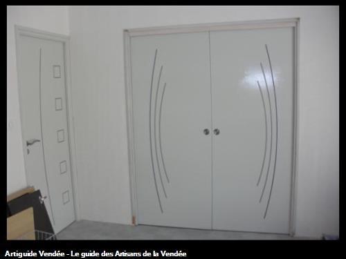 Agencement bloc porte à galandage 2 vantaux larg:166cm avec portes rainuré finition laqué blanc à 85390 MOUILLERON EN PAREDS
