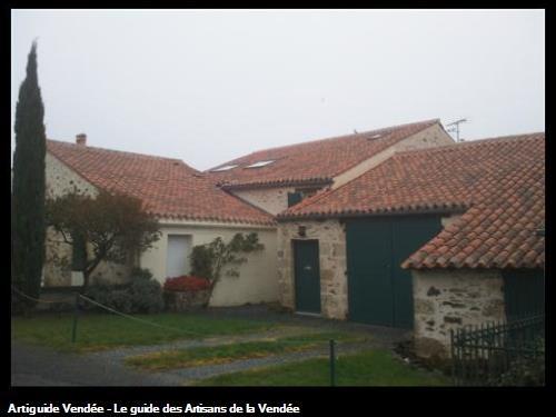 Réfection de la charpente, réalisation de la toiture, crépissage à pierre vue. Mervent Vendée 85