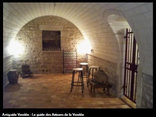 Réalisation complète d'une cave : maçonnerie de moëllon, voûte en pierre blanche, caveau en pierre de taille, sol en carreau de terre cuite