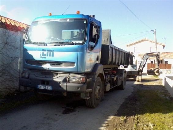 Camion de l'entreprise JMRTP situé à Talmont Saint Hilaire 85 440