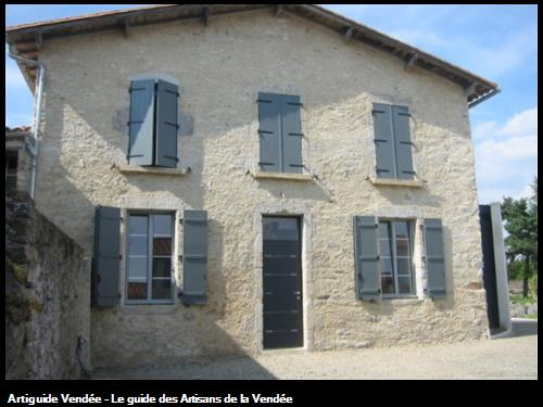 Rénovation d'une habitation avec fenêtres, porte d'entrée et volets battants en alu