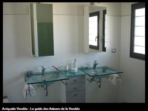 Salle de Bains : vasques suspendues en verre